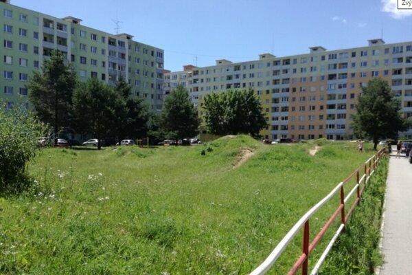 Súčasný stav zelenej plochy na sídlisku Mier, kde by v budúcnosti mohol stáť garážový dom.