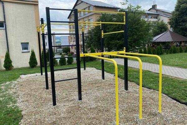 Workoutové ihrisko stojí pri dolnej základnej škole.