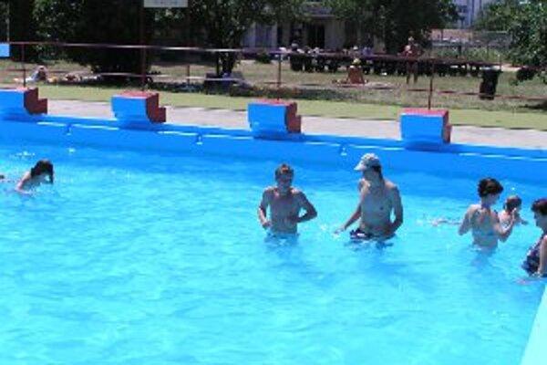 Mestské kúpalisko má tri bazény - jeden plavecký a dva detské.