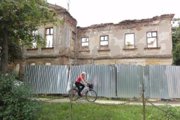 Jeden z troch kaštieľov, ktoré sú v Beladiciach. Tento v časti Veľké Chrašťany kúpil podnikateľ Roderik Rezníček od obce za korunu. V sume boli zahrnuté aj pozemky okolo kaštieľa aj pod budovou samotnou. Podnikateľ sa zaviazal, že do piatich rokov kaštieľ
