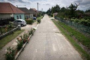Na ulici v Zemianskych Sadoch zastavili dve tmavé autá. Jedno vycúvalo a prišli policajti, bitku nezastavili.