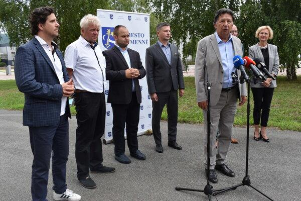 Minister životného prostredia Ján Budaj na brífingu v Humennom.