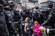 Blokovanie cesty vo štvrtok polícia už nedovolila a protestujúcich odprevadila naspäť na námestie.