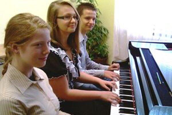 Zľava Alžbeta Miklášová, Marina Antonova a Jozef Remenár.