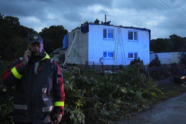 Na mieste zasahovalo niekoľko dobrovoľných aj profesionálnych hasičov, ktorí boli miestnym veľkou oporou.