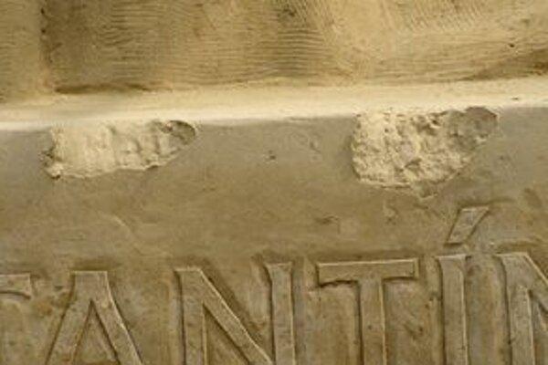 Poškodená časť pieskového podstavca.