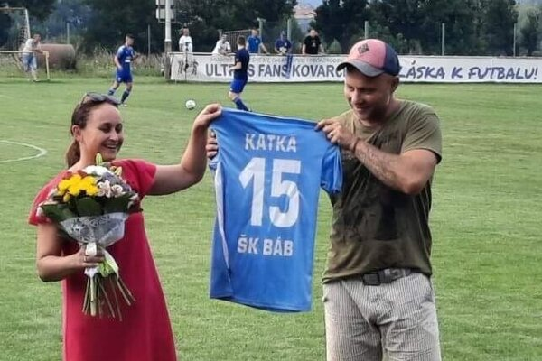 Ideálny svadobný dar? Futbalový dres! Piatoligisti z Bábu vedeli, ako potešiť svoju starostku Katku.