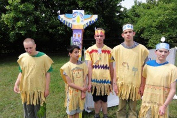 Deti sa vyfešandovali do indiánskych odevov a pomaľovali do indiánskych farieb.