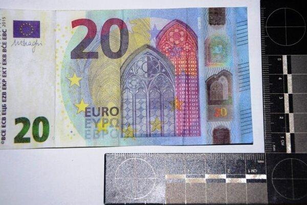 Mladíci chceli dať do obehu obe bankovky, polícia ich však chytila.