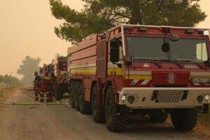 Slovenskí hasiči si pripravujú techniku na zásah proti požiaru na ostrove Eubója.
