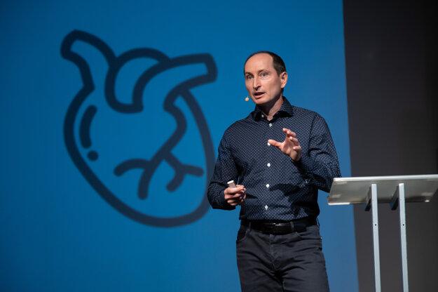 Športový vedec Milan Sedliak počas prednášky na Detskej Univerzite Komenského.
