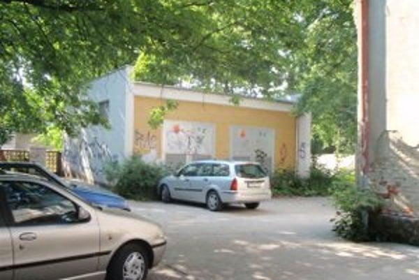 Toto je len jedno z miest neďaleko zlatomoravskej nemocnice, na ktorom sa ukájal 25-ročný mladík.