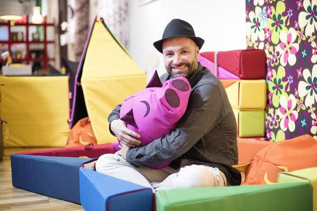 Dizajnér a moderátor Michal Staško.