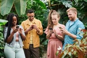 Phubbing je fenomén, keď ignorujeme okolie a riešime len svoj telefón.