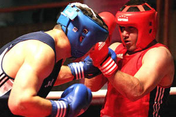 Sandro Dirnfeld (vľavo) vo finálovom dueli s Maďarom Darmosom.