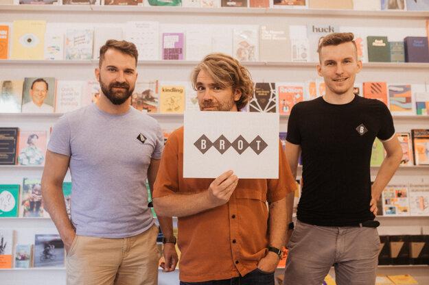 Zľava: Zakladatelia Brot Books Deli, Juraj, Martin a Ivan.