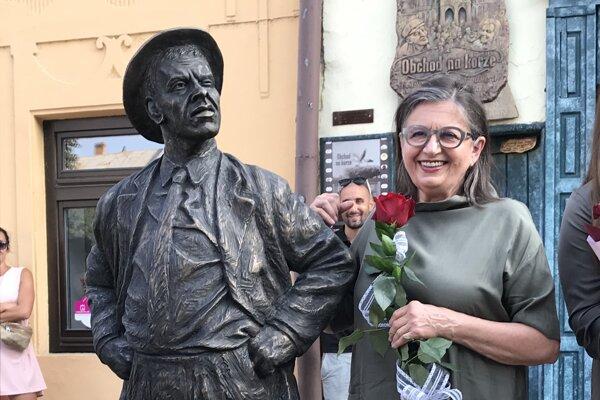 Zuzana Kronerová, dcéra Jozefa Kronera, pri soche svojho otca v Sabinove.