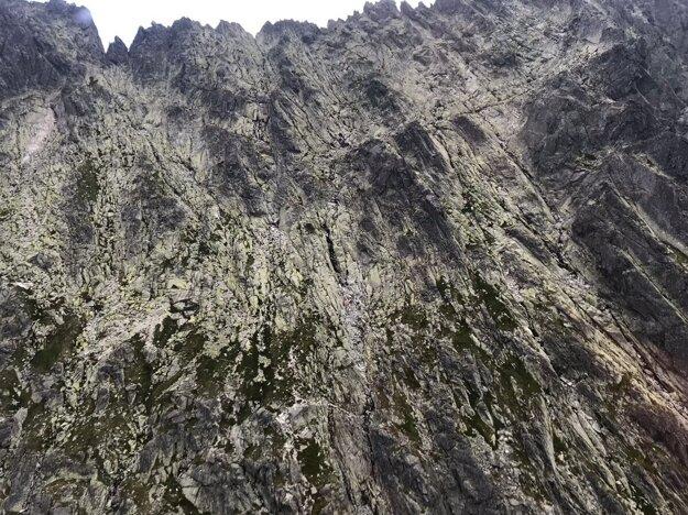 Turista prišiel o život po tom, čo ho zasiahla skala.