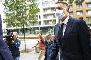 Guvernér Národnej banky Slovenska Peter Kažimír prichádza do sídla Národnej kriminálnej agentúry vypovedať v súvislosti s kauzou Mýtnik III.