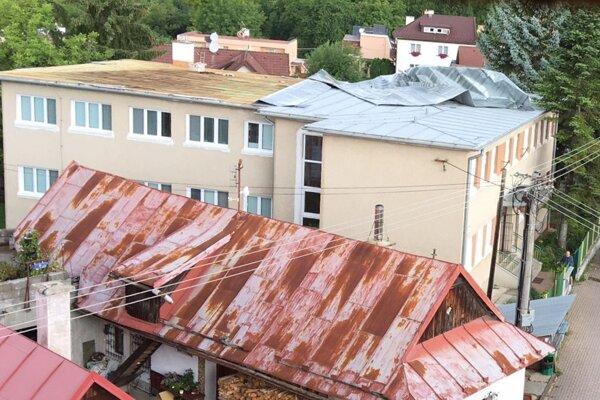Strechu strhlo aj na materskej škole v Sásovej.