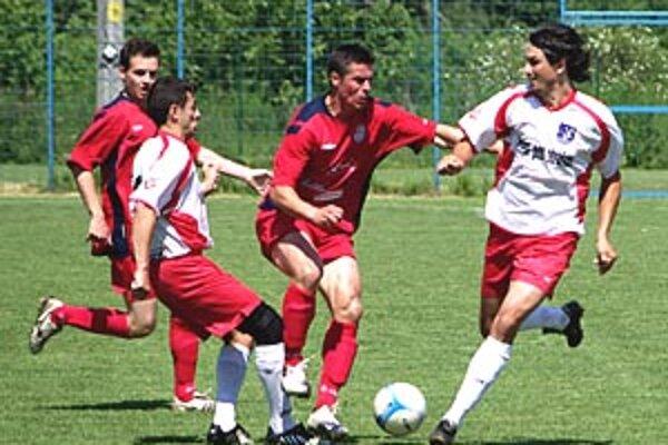 ČFK Nitra remizoval s Domanižou 2:2. Cez dvojicu hostí sa prebíja domáci hrajúci tréner Jozef Kotula.
