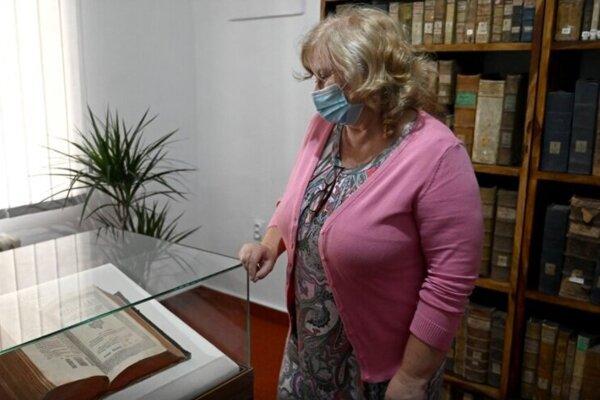Riaditeľka Štátnej vedeckej knižnice v Košiciach pri Biblii.