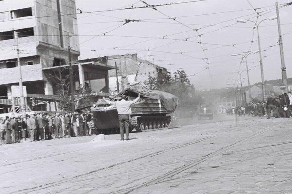Dobová fotografia z centra mesta, v tom čase sa staval bývalý hotel Slovan. Na potýčky reagovali vojaci streľbou.