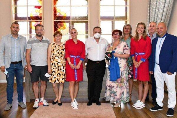 Obe olympioničky prijali pozvanie na Mestský úrad v Topoľčanoch. Slávnostného momentu sa zúčastnili aj blízki rodinní príslušníci oboch športovkýň a ich tréneri.