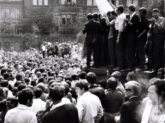 Situácia na Námestí SNP v Bratislave v prvý deň okupácie.