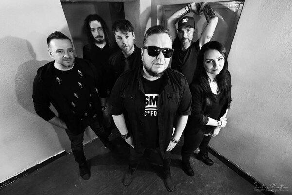 Noví členovia vedľa speváka Kulyho aJana Škorca.