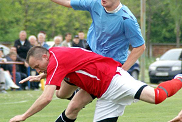 Okoč-Sokolec (v červenom) prehral s Tešedíkovom 1:2.