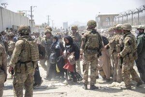 Britskí a americkí vojaci pri evakuácii ľudí z Kábulu.