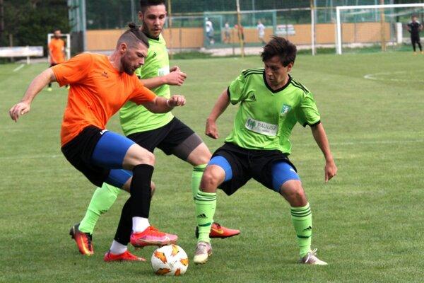 Patrik Mikle (s loptou) patril v nedeľu ku najlepším hráčom Nitrianskych Hrnčiaroviec.