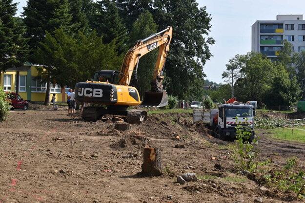 Práce na atletickom areáli sa začali výstavbou oporného múru.