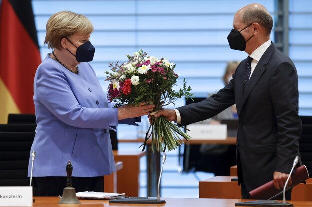 Merkelová po voľbách končí, nahradí ju sociálny demokrat Scholz.