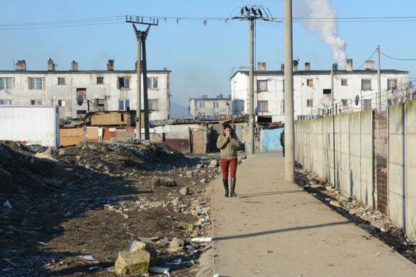 V týchto dňoch sa rozhoduje, či škola v dotyku s druhou najväčšou rómskou osadou na Slovensku sa ešte v septembri otvorí.
