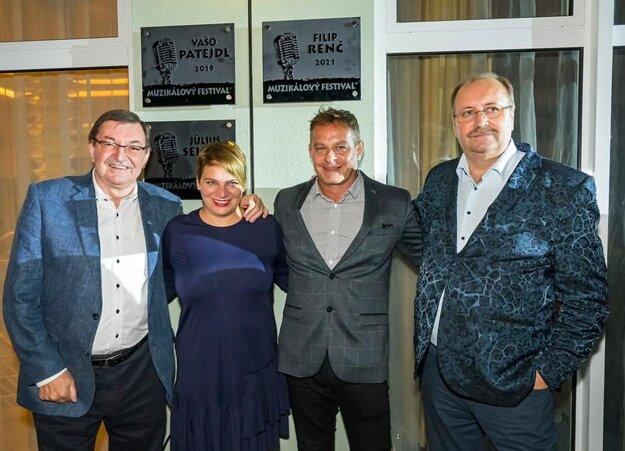 Ocenený režisér Filip Renč spolu so Zdeňkom Bartákom, Paulínou Filipy, generálnou riaditeľkou Kúpeľov Brusno a organizátorom Muzikálového festivalu Jánom Kubišom.