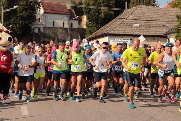 Štart Čachtického polmaratónu.