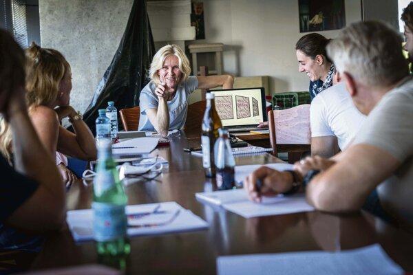 Režisérka inscenácie Ingrid Timková s výtvarníčkou Emou Terenovou na čítacej skúške