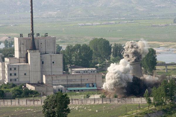 Chladiaca veža v jadrovom zariadení v Jongbjone bola zničená.