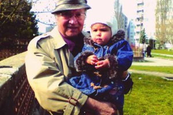 Ján Kováčik s pravnučkou Neli v Nitre.