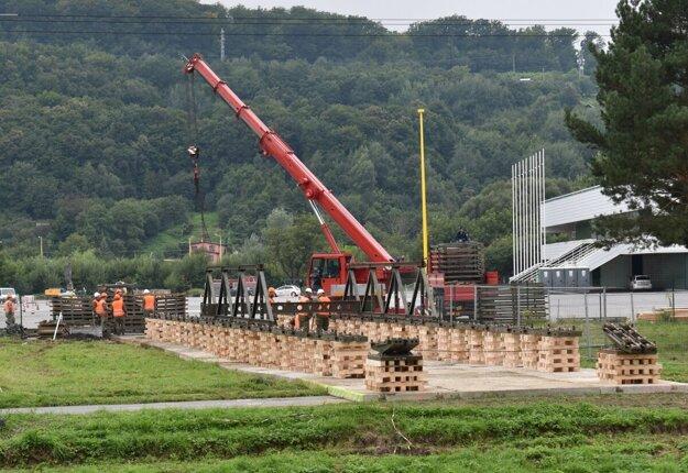 Armáda začala so stavbou dočasného mosta cez rieku Torysa.