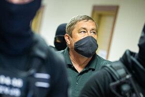 Bývalého špeciálneho prokurátora Dušana Kováčika privádzajú na súd.