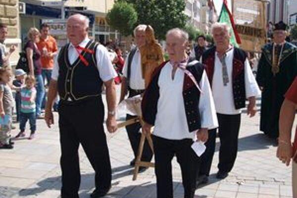 Deň sv. Urbana 2010 - cez pešiu zónu prešiel sprievod vinohradníkov.