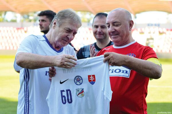 Majiteľovi FC ViOn ku šesťdesiatke gratuloval aj Ladislav Petráš, účastník MS 1970 v Mexiku.