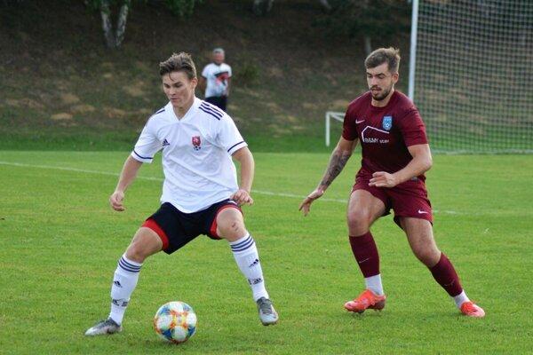 Andrej Korec (18-ročný) pomohol Rišňovciam k výhre nad Zbehami dvoma gólmi. Vpravo Jakub Záhon.