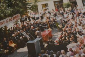 Reprofoto zo spomienkovej slávnosti na 24 evanjelických mučeníkov (1. 7. 1995), ktorá bezprostredne predchádzala návšteve hlavy katolíckej cirkvi.