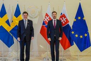 Predseda vlády SR Eduard Heger a predseda parlamentu Švédskeho kráľovstva Andreas Norlén počas prijatia predsedu švédskeho parlamentu premiérom SR na Úrade vlády SR.