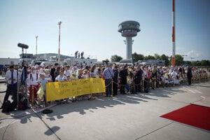 Ľudia čakajú na bratislavskom letisku na prílet pápeža Františka.