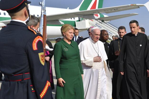 Prezidentka Zuzana Čaputová víta pápeža Františka po prílete na bratislavskom letisku.
